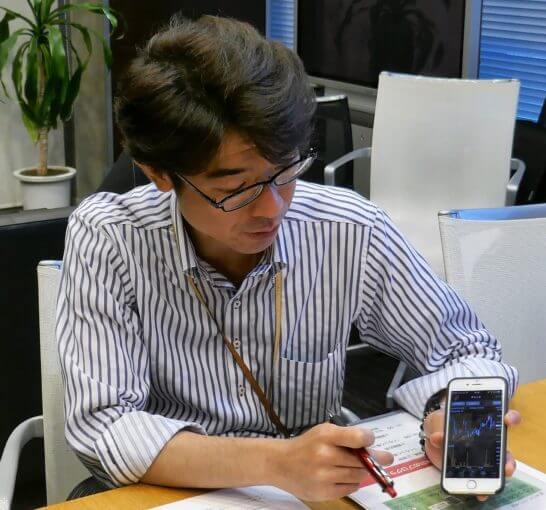 岡三オンライン証券のスマホアプリを説明するところ