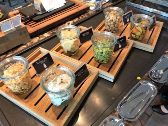 ザ・プリンスギャラリー 東京紀尾井町のクラブラウンジの野菜チップス、スナック類
