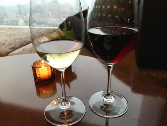 ザ・プリンスギャラリー 東京紀尾井町のクラブラウンジの白ワインと赤ワイン
