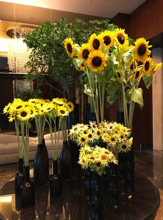 シャングリ・ラホテル東京のフロントの花(ひまわり)