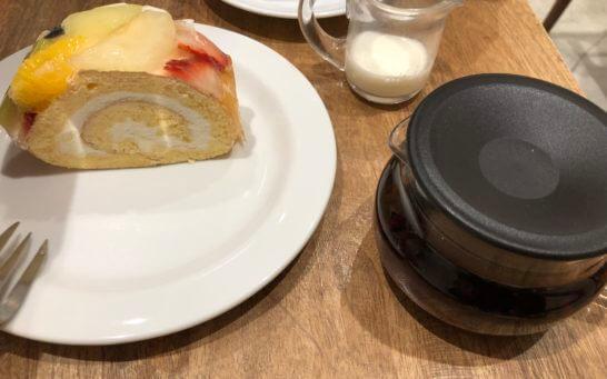 ルミネのカフェのロールケーキと紅茶