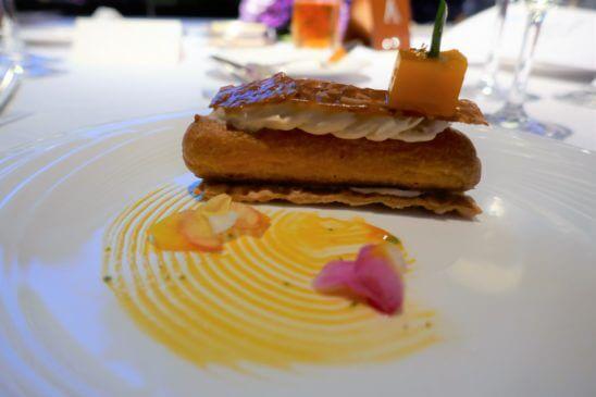 フォアグラムースのエクレア Dressed with マンゴー、レモングラス、カフィアライムクーリーとココナッツチュイルのアップ