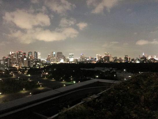 パレスホテル東京のクラブラウンジのバルコニーからの夜景