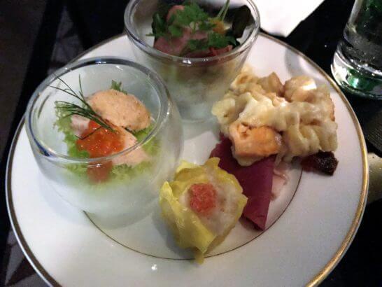 ザ・リッツ・カールトン東京のクラブラウンジのカクテルタイムの食事