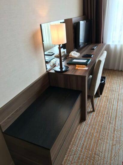 フルーツパーク富士屋ホテルの客室の荷物置きとデスク