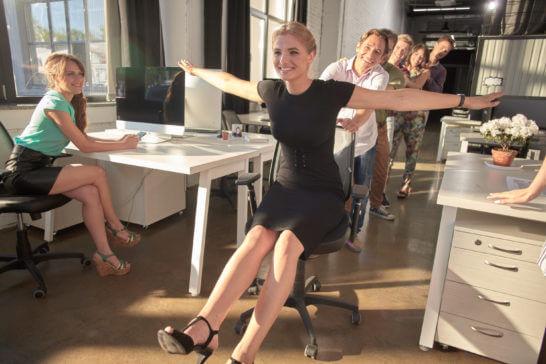 飛行機のように手を横に広げる女性