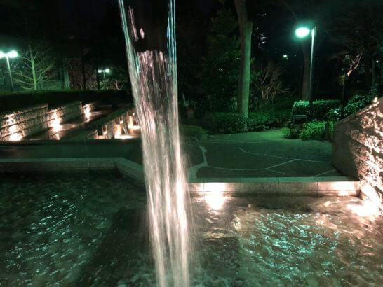 東京マリオットホテルの夜の滝・水辺