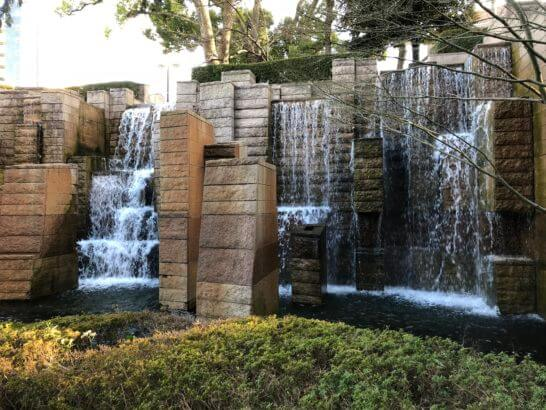 東京マリオットホテルの庭園の滝