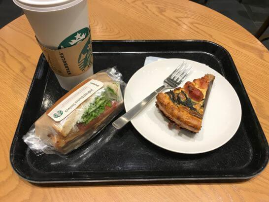 スターバックスのアメリカーノとサンドイッチ、キッシュ