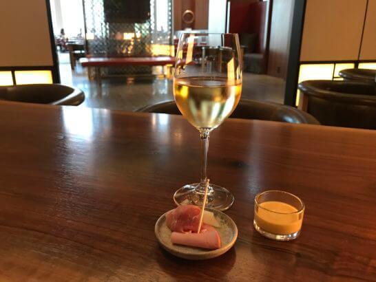 アンダーズ東京の宿泊者ラウンジの白ワインとおつまみ