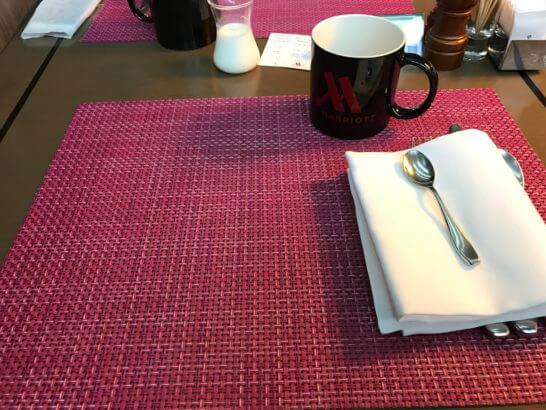 東京マリオットホテルのレストランのテーブル
