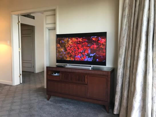 椿山荘のスイートルームのテレビ