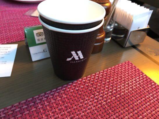 東京マリオットホテルの朝食の持ち帰り用のコップ