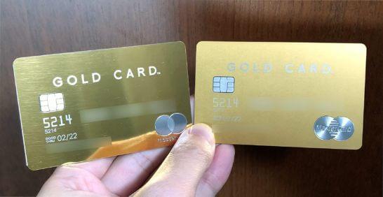 手に取った新旧のラグジュアリーカード(ゴールドカード)