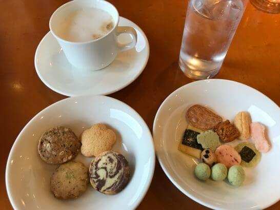 ウェスティン都ホテル京都のクラブラウンジのカプチーノ、小菓子類