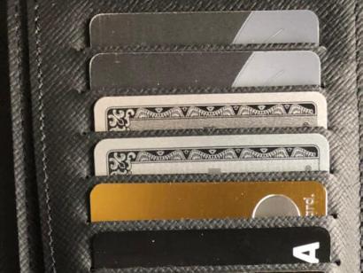 ラグジュアリーカード(ゴールドカード)を入れたお財布