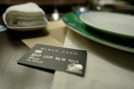 皿の横に置いたラグジュアリーカード(ブラックカード)