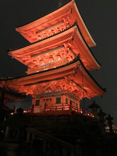 夜の清水寺敷地内の建物