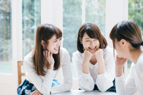 談笑する女性仲間