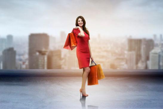 紙袋を持つショッピング中の女性