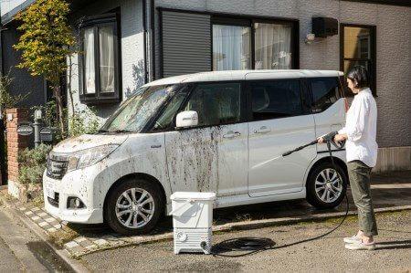 タンク式高圧洗浄機で車を洗うシーン