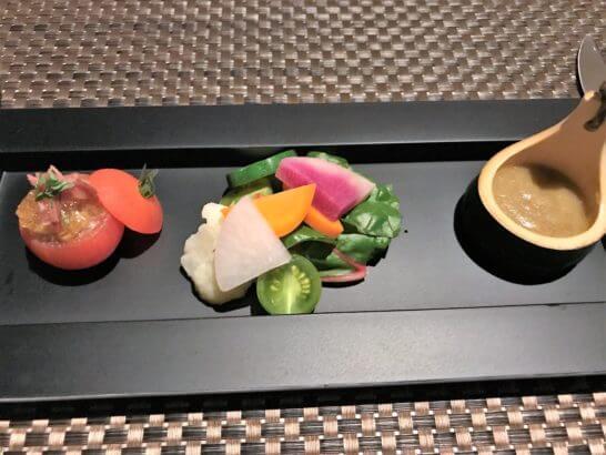 大葉香る魚介の冷やしトマトファルス 生ハムのゼリーと共に 地場産彩り野菜の梅味噌バーニャカウダー
