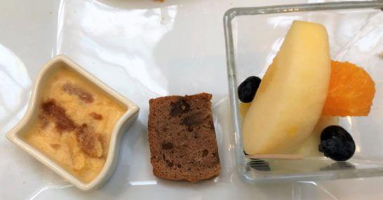 琵琶湖マリオットホテルのクラブラウンジのプリン、ケーキ、フルーツ