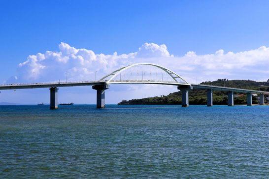 沖縄本島と瀬底島とを結ぶ瀬底大橋