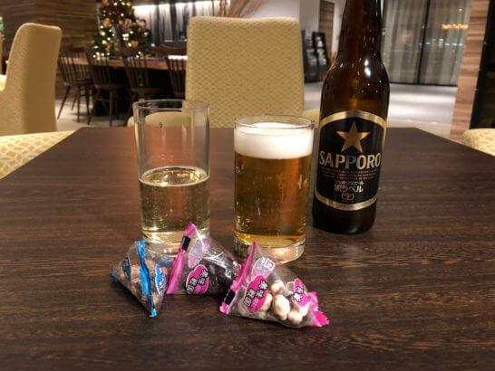 軽井沢マリオットホテルのカクテルタイムのビールとお菓子