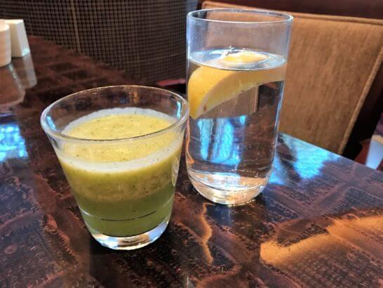 ウェスティンホテル東京の朝食 (スムージーと水)