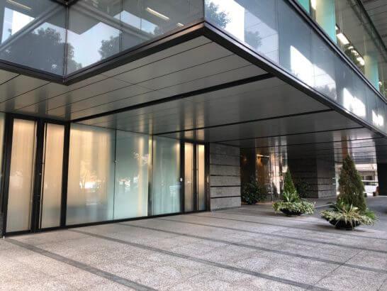 松井証券のビルの入り口