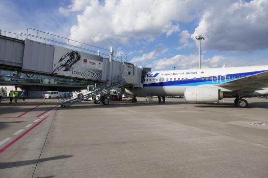 乗客が搭乗しているANAの飛行機