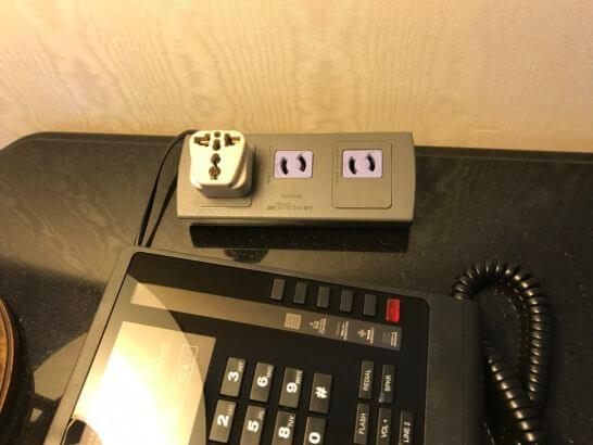 ウェスティンホテル東京の作業デスクの電源コンセント