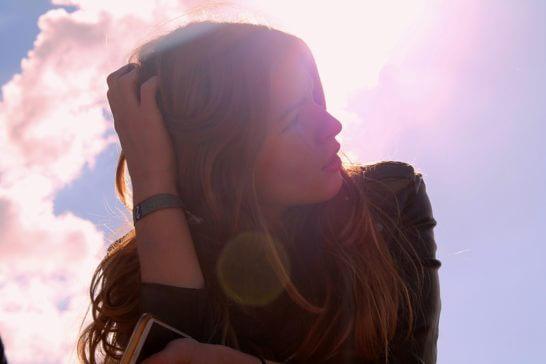 日差しを浴びながら考える女性