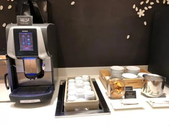 サクララウンジ(羽田空港国際線)のコーヒーマシン、クッキー