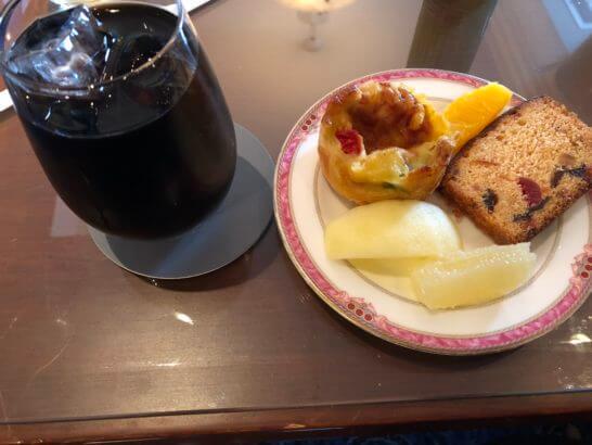 ウェスティンホテル東京 エグゼクティブ クラブラウンジのアイスコーヒー、フルーツ、パン