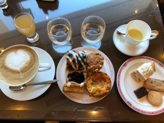 ウェスティンホテル東京 エグゼクティブ クラブラウンジの新聞・雑誌スープ、水、ゼリー、チーズグリルパン、ブルーベリーデニッシュ、マフィン、スイートデニッシュ、ショートケーキとクッキー