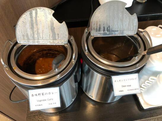 TIAT LOUNGEの香味野菜のカレー、オニオンコンソメスープ