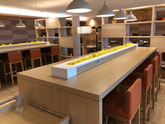 サクララウンジ(羽田空港国際線)の中央のカウンター席