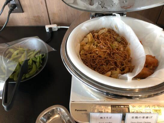 TIAT LOUNGEの枝豆・焼きそば・若鶏の唐揚