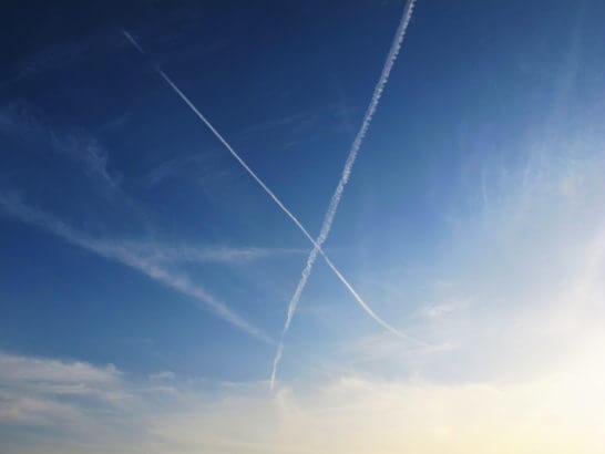 Xという形の飛行機雲