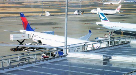 羽田空港国際線ターミナルに駐機する飛行機