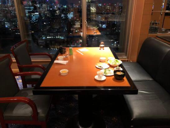 ウェスティンホテルのエグゼクティブ クラブラウンジの4人掛けの席
