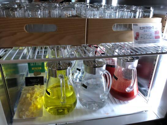 サクララウンジ(羽田空港国際線)の冷蔵庫(ジュース・ミネラルウォーター・チーズ)
