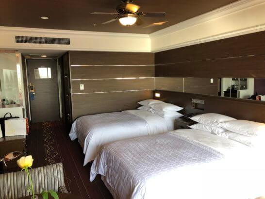 シェラトン・グランデ・トーキョーベイ・ホテルのクラブルームのベッド・入り口までのスペース