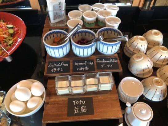 ウェスティン・エグゼクティブ・クラブラウンジの朝食 (ゆで卵・豆腐・梅干し・お進行・ザーサイ・焼海苔・納豆)