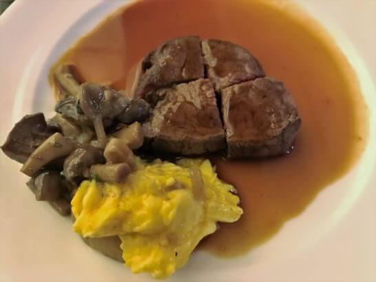 ウェスティンホテル京都のアクアブルーのステーキ