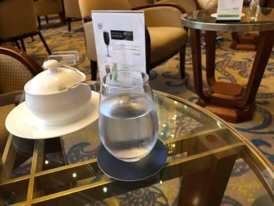 横浜ベイシェラトンホテル&タワーズのロビーラウンジのテーブルと水