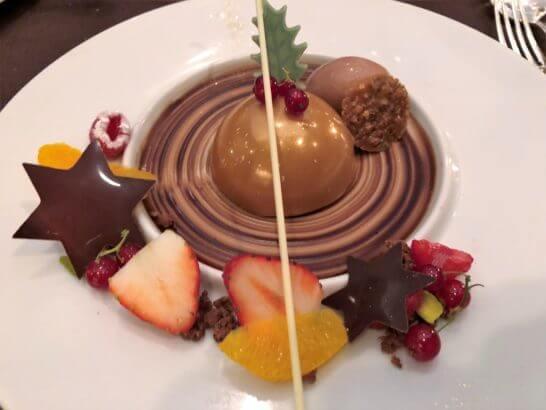 チョコレートムースとチョコレートのクレームグラッセ ヘーゼルナッツプラリネのクルスティヨン