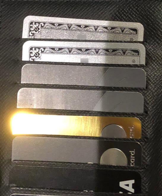光り輝くラグジュアリーカード(ゴールド)とマットなブラックカードが入ったお財布